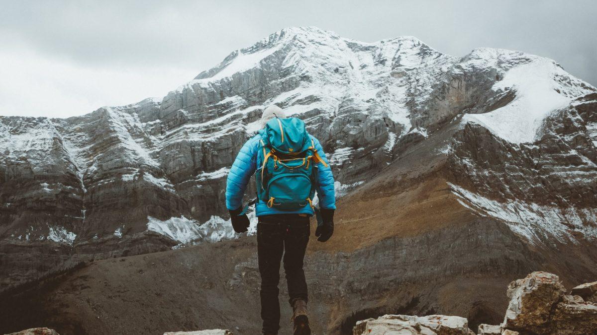 爬山必備裝備!2021 登山外套推薦10選,防水、防風一件搞定